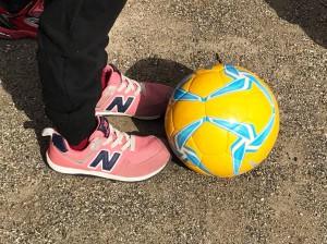 モルテンの子供用のサッカーボールは、保護者会のお母さん方にご尽力いただいて集めたベルマークポイントによって購入したものです