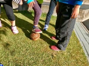 バナナの皮でできた手作りサッカーボールを汗だくで追いかけます